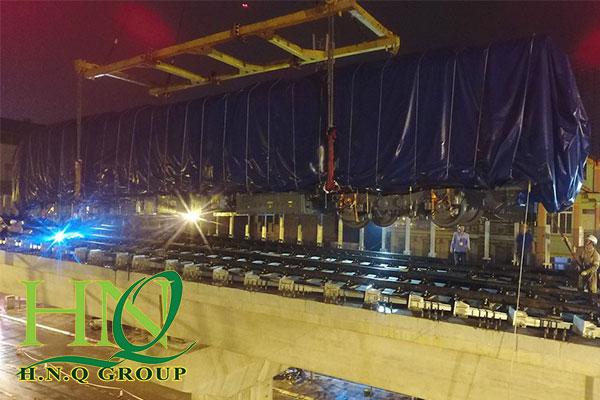 sử dụng sling cáp thép hỗ trợ cẩu lắp toa tàu vào đường ray